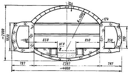 Поперечное сечение односводчатой станции Парижского метрополитена с обделкой из монолитного и сборного железобетона