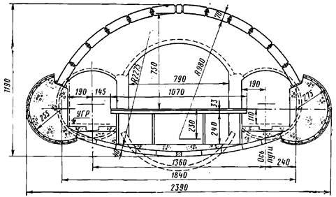 Поперечное сечение односводчатой станции Ленинградского метрополитена с обделкой из сборного железобетона