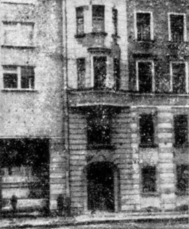 Кирпичное здание старой постройки, получившее повреждения после возведения вблизи него нового кирпичного дома