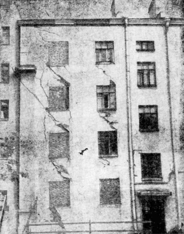Четырехэтажный кирпичный дом, конструкции которого получили аварийные повреждения в результате застройки соседнего участка